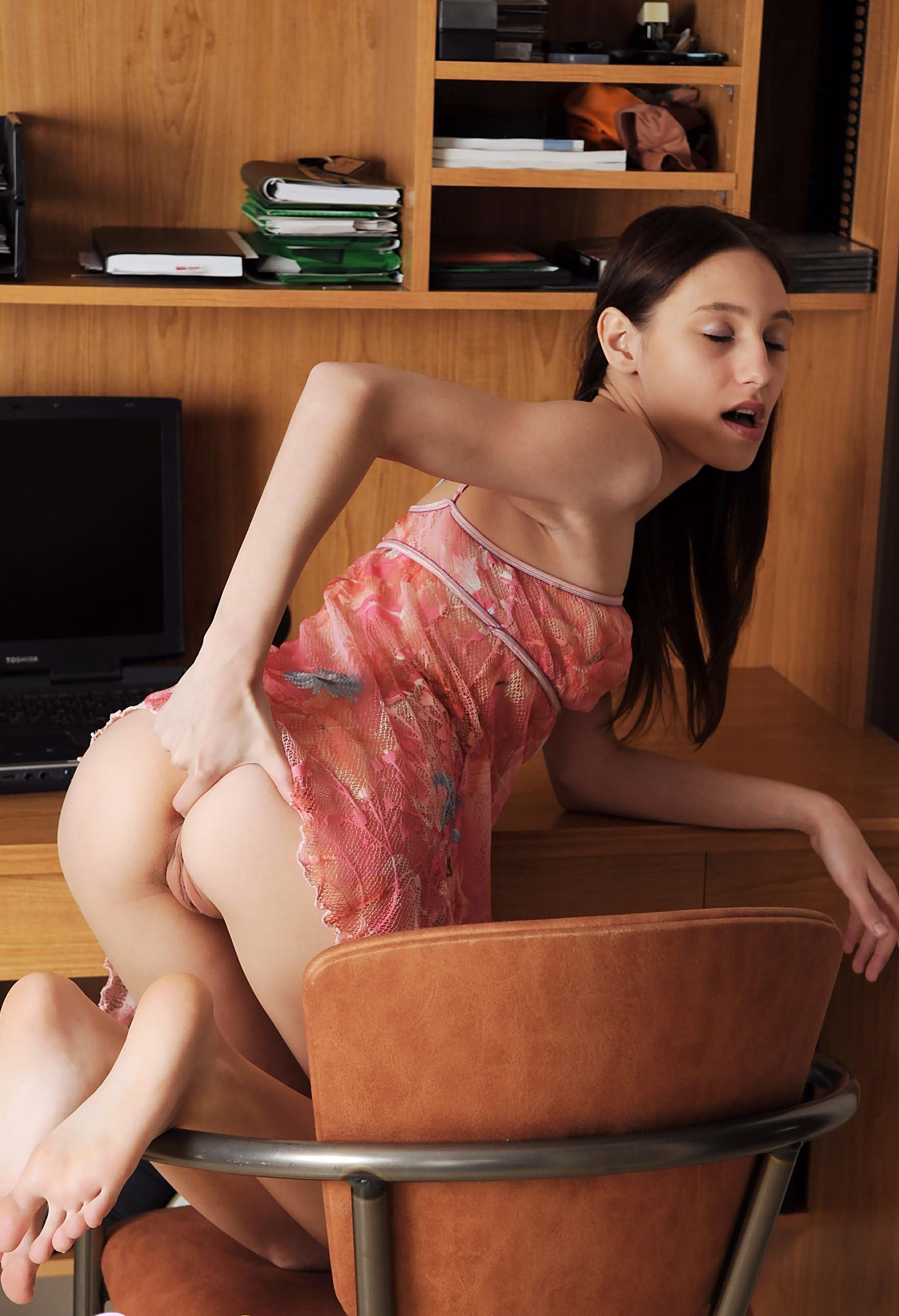amateur brunette takes cumshot during money talks stunt