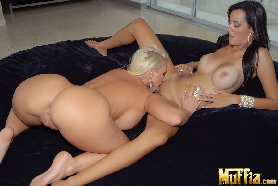 idelsy stuffing her slippery snatch with a green dildo